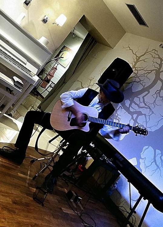 Recitál v pražské kavárně Dadap v listopadu 2016