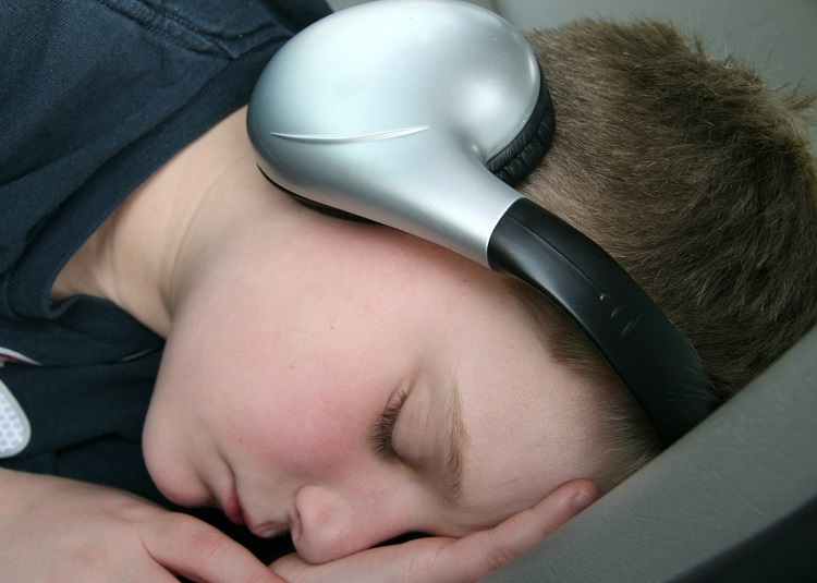 Lidé s jemným sluchem doufají, že letošní lockdownový Silvestr nebudou muset spát se sluchátky 2