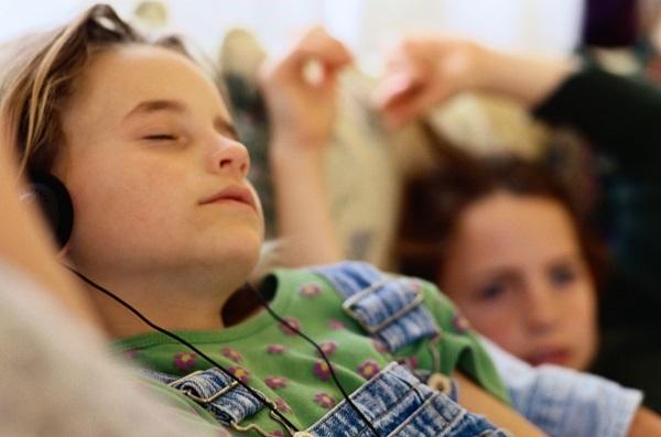 Lidé s jemným sluchem doufají, že letošní lockdownový Silvestr nebudou muset spát se sluchátky